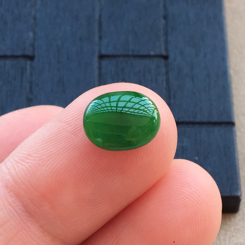 自然光实拍,缅甸a货翡翠,深绿色蛋面,种好细腻,颜色浓郁,形体,镶嵌效果佳
