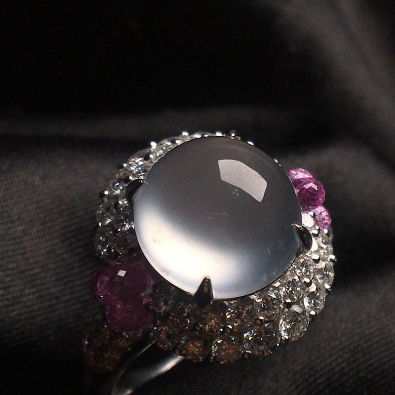 天然翡翠A货,18k金镶嵌钻伴红宝,高冰种蛋面戒指,料子细腻,冰透起光,饱满圆润,豪华镶嵌,性价比超