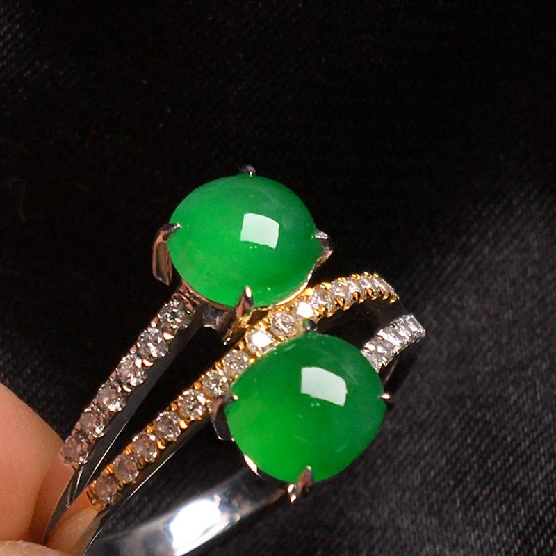 天然翡翠A货,18k金镶嵌钻石,阳绿双蛋面戒指,料子细腻,冰透起光,色泽鲜艳,饱满大气,豪华镶嵌,款