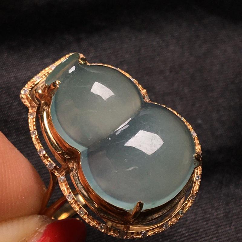 天然翡翠A货,18K金伴钻镶嵌,冰种底色葫芦戒指料子细腻,冰透水润,饱满大气,豪华镶嵌,性价比高