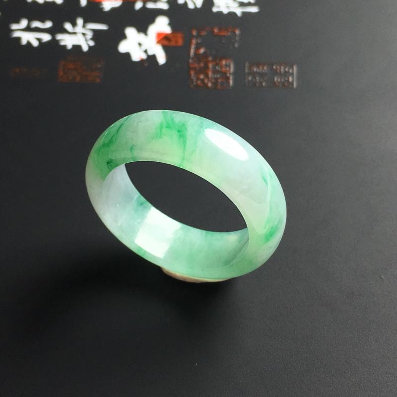 糯化种飘绿指环 内径18 宽6.5 厚3毫米 玉质水润 翠色亮丽