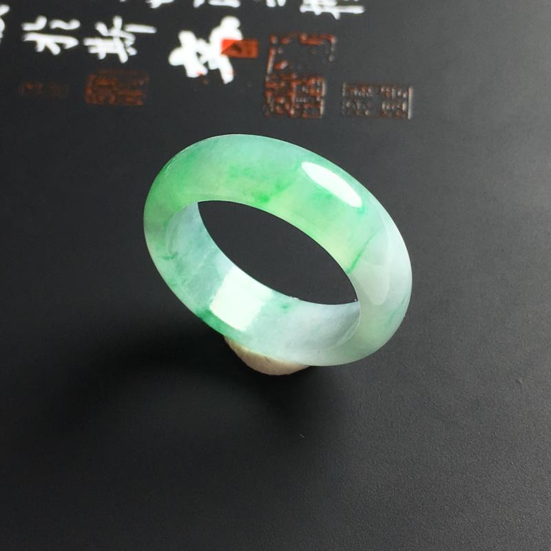 糯化种带色指环 内径17.8 宽6.5 厚3毫米 玉质水润 翠色亮丽