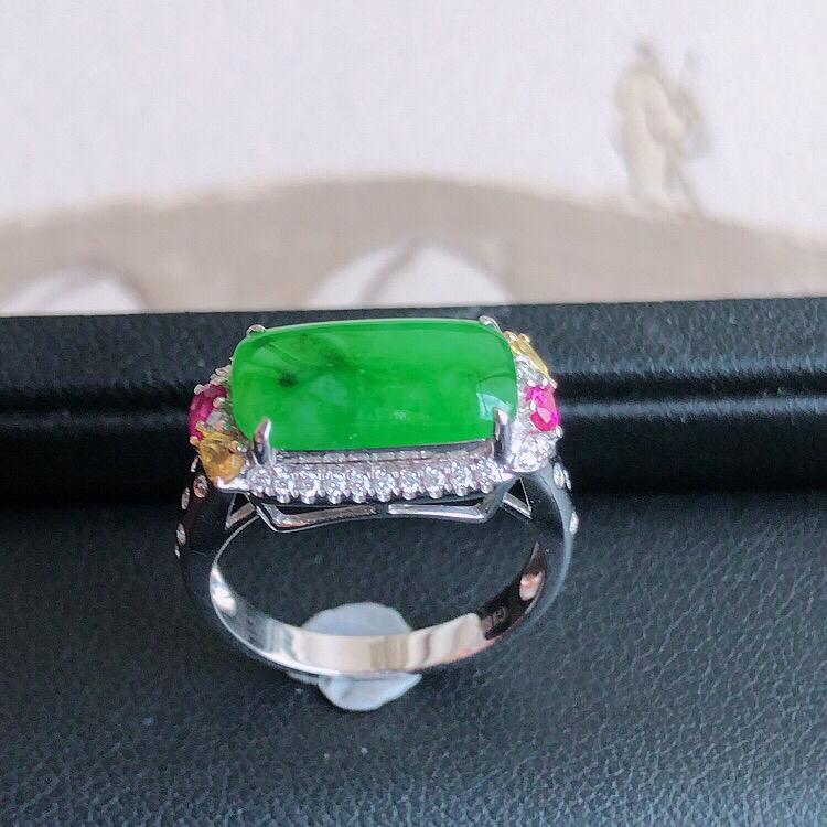 内直径17mm,18K金伴钻镶嵌 缅甸天然翡翠A货满绿马鞍女款戒指 ,料子细腻柔洁, 尺寸包金17.
