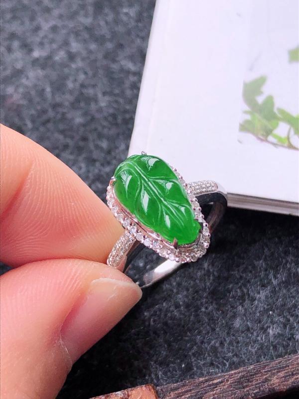 镶嵌18k金伴钻满绿戒指天然翡翠A货,圈口17mm裸石尺寸:12.3-7-4