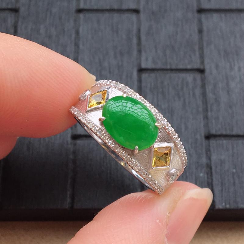 自然光实拍,缅甸a货翡翠,满绿蛋面18k伴钻戒指,种好细腻,绿色艳丽,款式高档独特,佩戴佳品