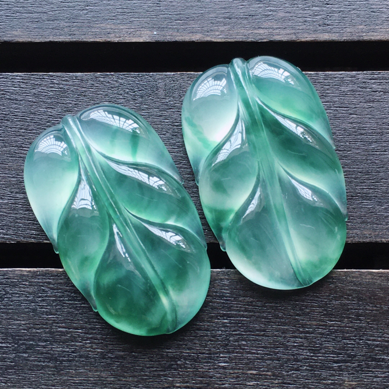 自然光实拍,缅甸a货翡翠,冰种飘花叶子一对,种好通透,水润玉质细腻,工艺佳,饱满品相佳,无孔需镶嵌