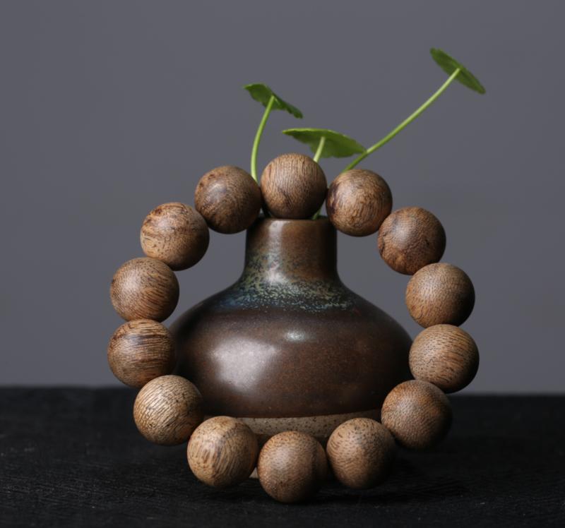 柬埔寨菩萨沉香手串16mm  浓郁 兰花蜜花香 让人仿佛置身于百花从中,独特的花香让人闻过难忘。