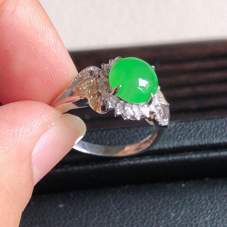 【内直径17mm,18k金伴钻镶嵌天然缅甸翡翠A货天然A货阳绿蛋面戒指,料子细腻柔洁,尺寸10x6.5mm ,裸石8*7*3mm ,重量3.20g 。】图7