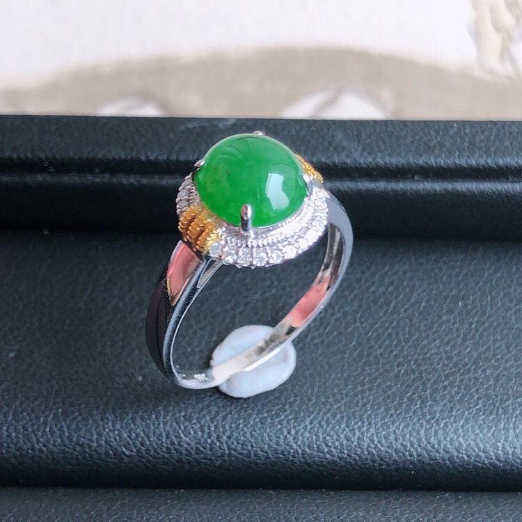 内直径18mm 18k金伴钻镶嵌天然缅甸老坑A货满绿翡翠蛋面戒指,料子细腻柔洁,尺寸包金12/8mm