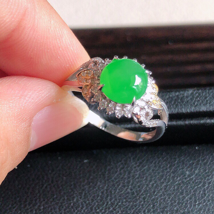 内直径17mm,18k金伴钻镶嵌天然缅甸翡翠A货天然A货阳绿蛋面戒指,料子细腻柔洁,尺寸10x6.5