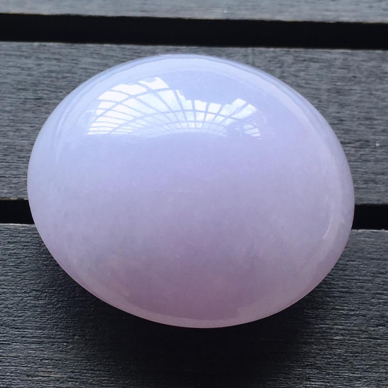 自然光实拍,缅甸a货翡翠,紫罗兰大蛋面,种好水润,玉质细腻,颜色漂亮,工艺佳,大颗饱满,品相佳,需镶