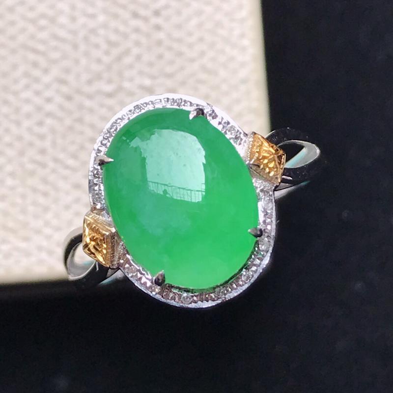 【原价3000】*天然翡翠A货。冰糯种满绿蛋面戒指,18K金镶嵌伴钻。水润通透,色泽鲜艳。镶金尺寸: