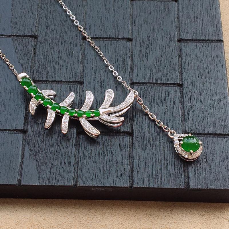 自然光实拍,缅甸a货翡翠,满绿蛋面18k伴钻个性锁骨链,种好细腻,颜色漂亮,款式独特,佩戴效果好