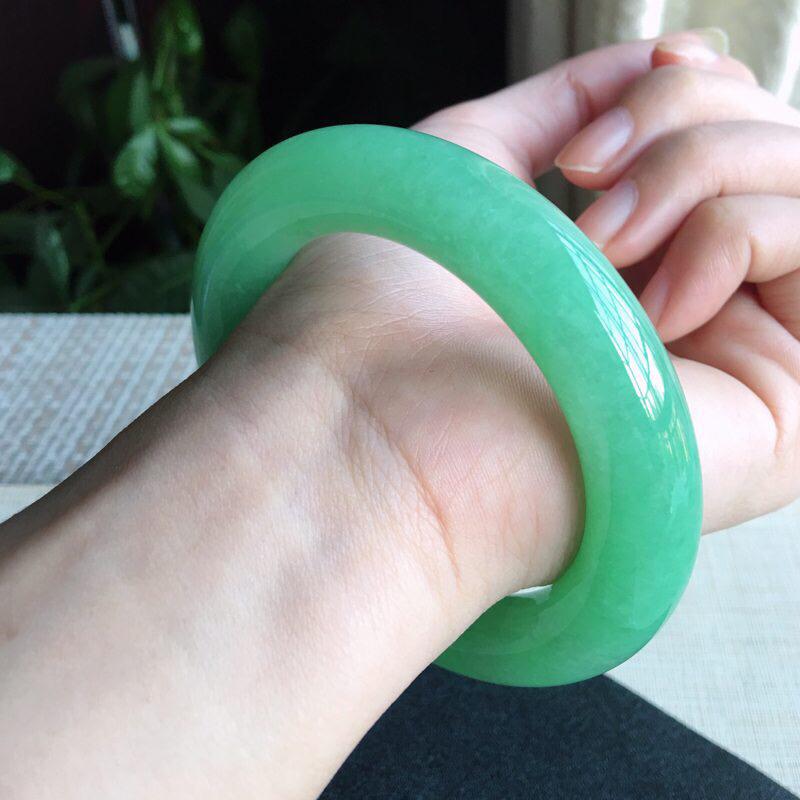 天然A货翡翠  莹润满绿豆绿胖圆条手镯,玉质细腻 颜色青翠迷人,绿意怏然,条形圆润光滑,上手华丽高贵
