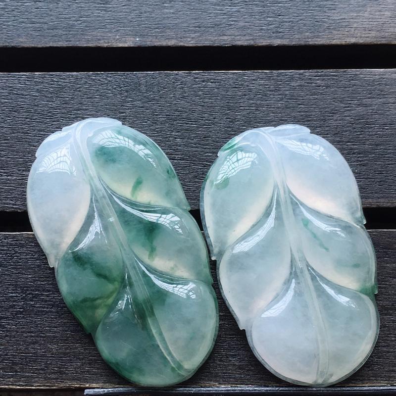 自然光实拍,缅甸a货翡翠,飘花叶子一对,种好水润,玉质细腻,工艺佳,饱满品相佳,有孔可直接佩戴。