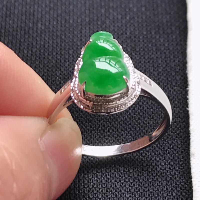 翡翠A货,18K金镶嵌冰糯种阳绿葫芦面戒指,玉质细腻,底色漂亮,上身高贵,尺寸内径16.8,裸石9.