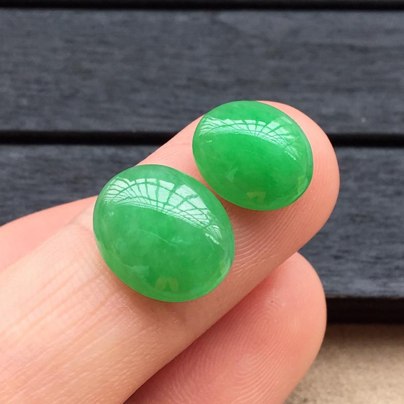 自然光实拍,缅甸a货翡翠,满绿蛋面一对,种好细腻,颜色漂亮,玉质莹润,形体好13*11*5mm,10