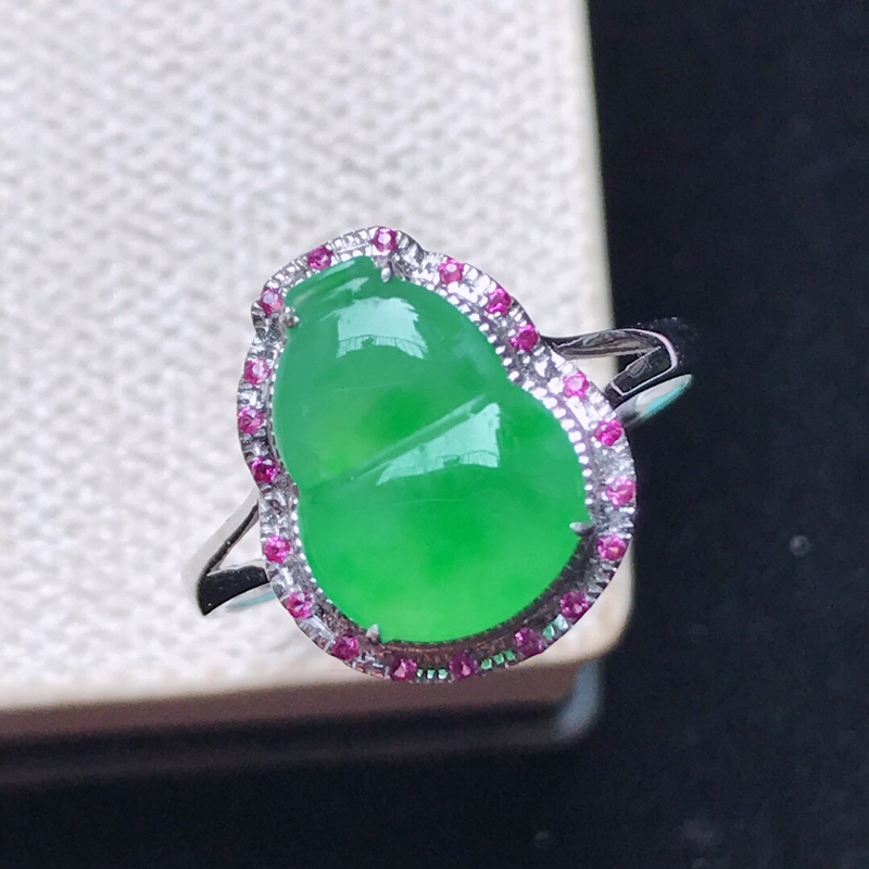 天然翡翠A货。冰糯种阳绿葫芦戒指,18K金镶嵌。水润通透,色泽鲜艳。镶金尺寸:13.7*11.2*6