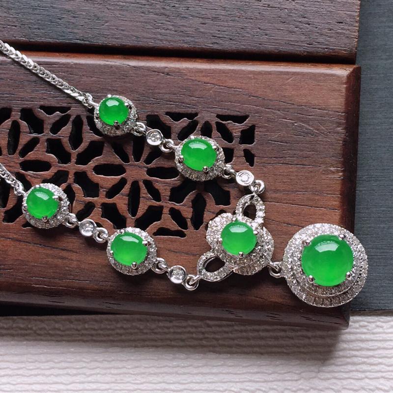 18k金镶嵌围钻冰糯种阳绿蛋形锁骨项链,料子细腻,雕工精美,颜色漂亮,  含金尺寸:18×8.8×6