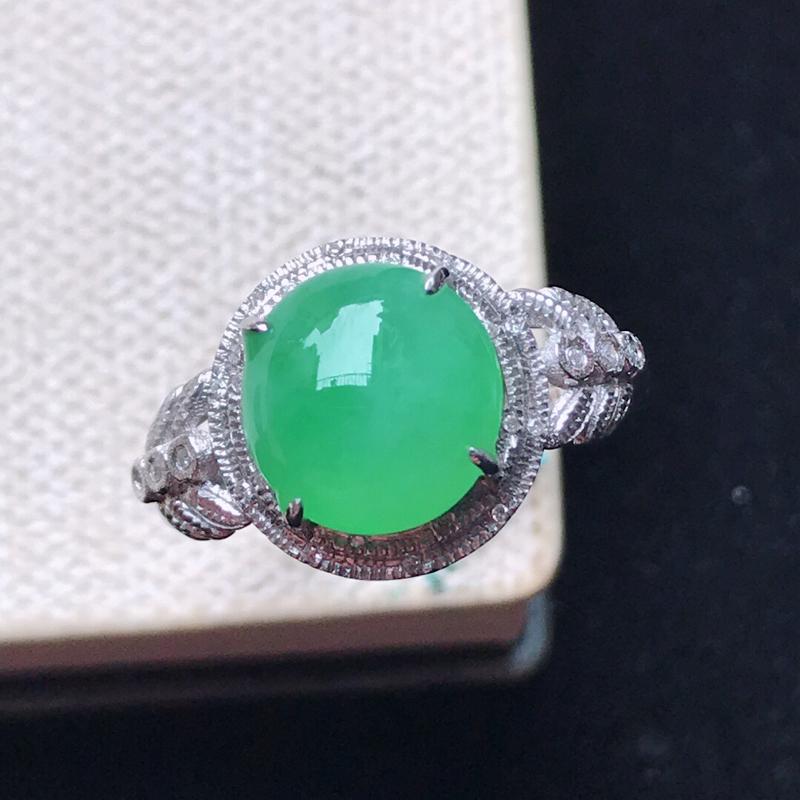 【原价2460】*天然翡翠A货。冰糯种满绿蛋面戒指,18K金镶嵌伴钻。水润通透,色泽鲜艳。镶金尺寸: