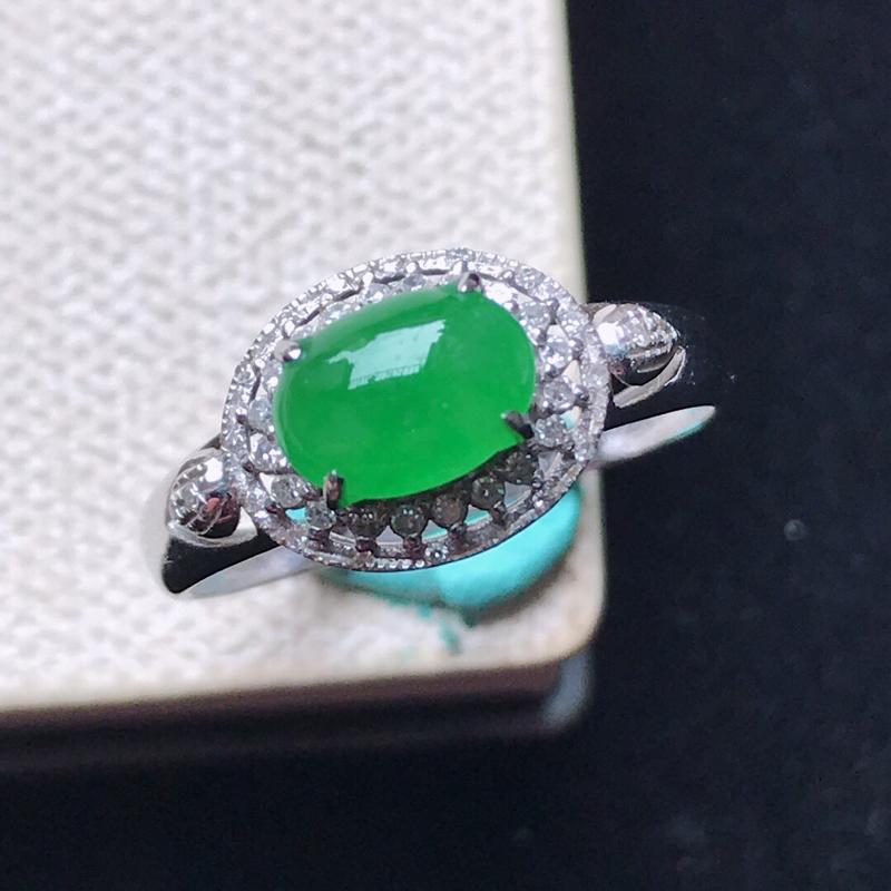 天然翡翠A货。冰糯种阳绿蛋面戒指,18K金镶嵌伴钻。水润通透,色泽鲜艳。镶金尺寸:9*11*7.5m