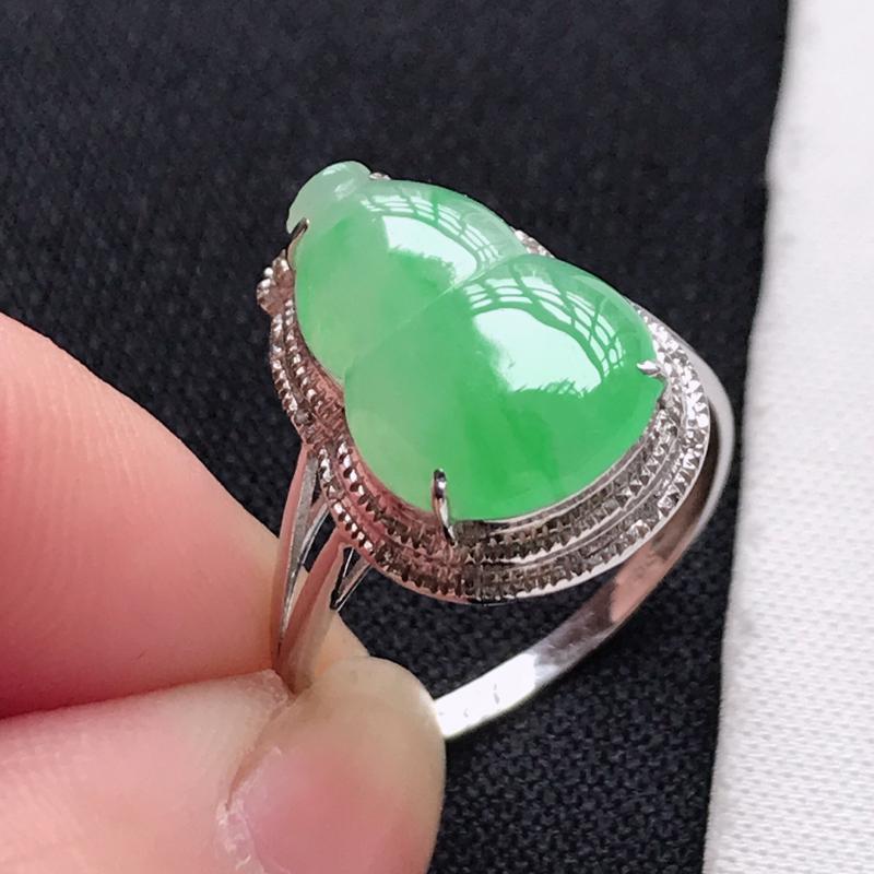 翡翠A货,18K金镶嵌冰糯种飘绿葫芦戒指,玉质细腻,底色漂亮,上身高贵,尺寸内径17.1,裸石14.