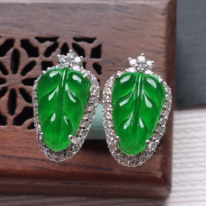 18k金镶嵌围钻满绿树叶耳钉一对,  料子细腻,雕工精美,颜色漂亮,  含金尺寸:14.3×8.5×