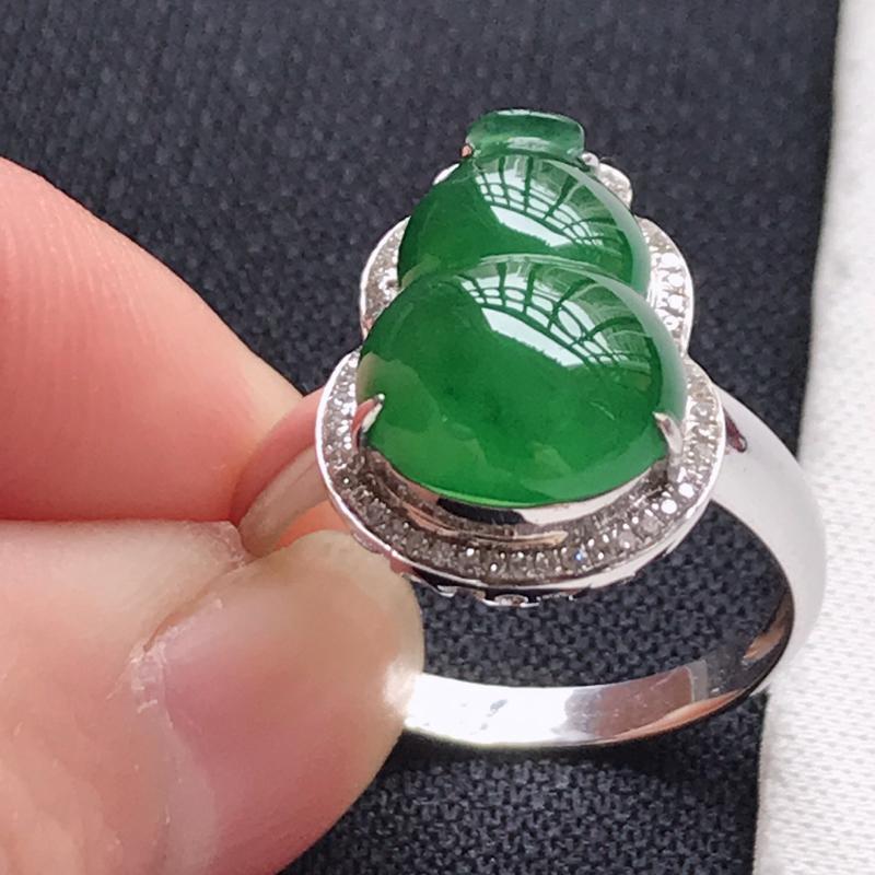 翡翠A货,18K金镶嵌冰糯种满绿葫芦戒指,玉质细腻,底色漂亮,上身高贵,尺寸内径16.8,裸石13.