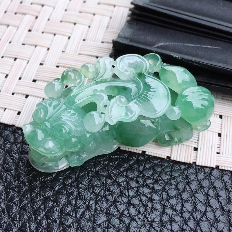 精雕满绿招财貔貅吊坠,通透水润,镂空工艺,颜色鲜艳,质地细腻柔和,无纹裂,规格:48.5*24*13