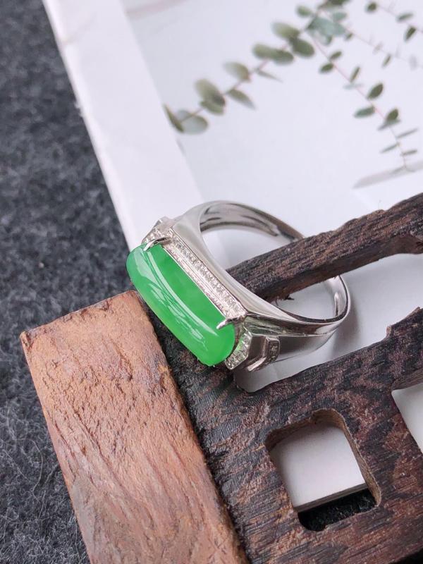 镶嵌18k寄了伴钻完美戒指天然翡翠A货,尺寸:13-5.5-3内径17mm