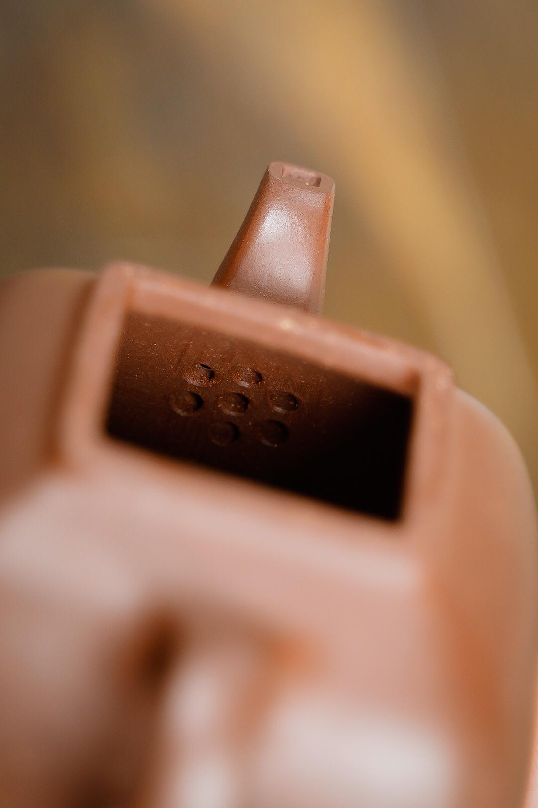 【孤菱·原矿底槽清·125cc·7孔 由赵宏博老师手工精心制作而成,制作难度大,各转折面弧度过渡自然,欲张欲驰,从容不迫。】图8