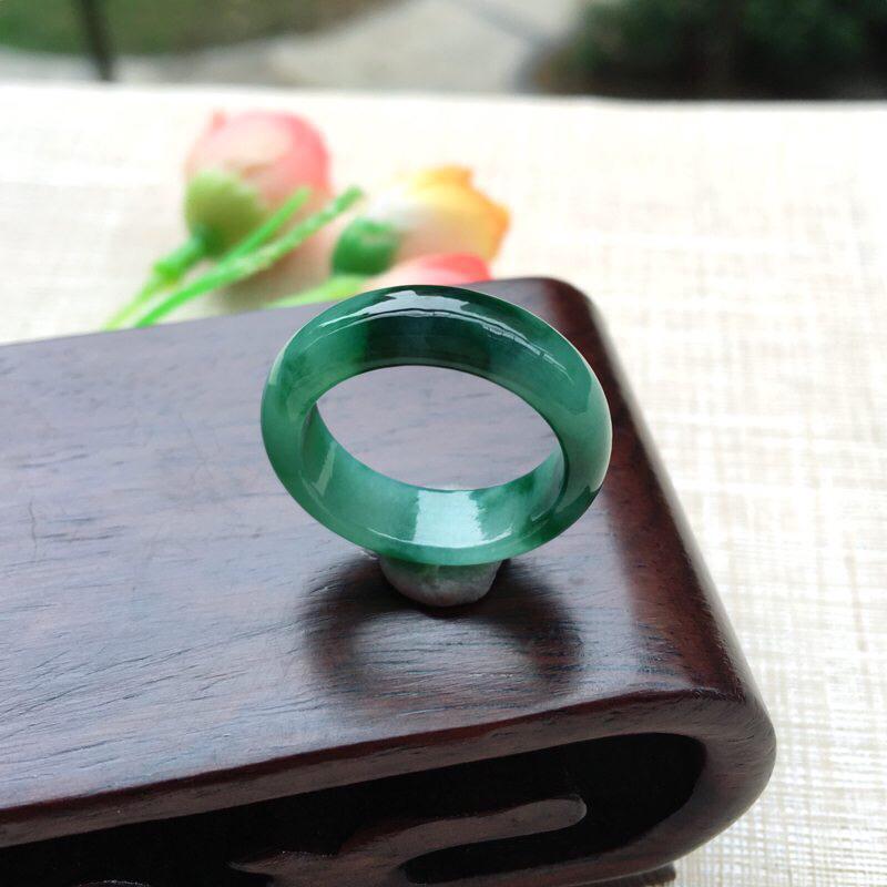 天然A货翡翠 【自然光拍摄】完美飘花戒指,圈口18.2mm,玉质细腻,满绿均匀,佩戴效果贵气大方,尺