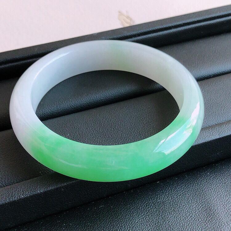 圈口52mm ,天然缅甸老坑A货飘绿宽边手镯,料子细腻柔洁,尺寸52/12/7mm ,重量45.83g。