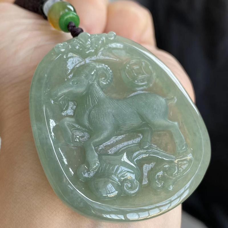 糯种晴绿生肖·羊吊坠 尺寸50.4-43.9-6.2毫米 玉质细腻 雕工精美 色泽清爽 饱满细腻 佩