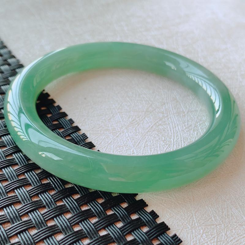 【52.7圈口】自然光实拍,天然翡翠满绿圆条平安玉手镯,尺寸:52.7*9*9mm,重量:42.41 ,质地细腻,有种有色,圆润饱满,如图,背面有部分天然白棉,不影响佩戴。实物更佳!上手端庄秀气,显肤色。若有缘,莫错过。