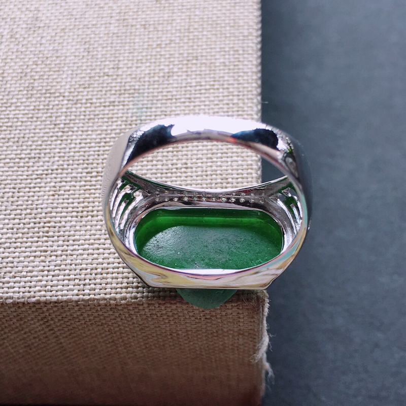 【18k金伴钻镶嵌满绿马鞍戒指,料子细腻,雕工精美,颜色漂亮,裸石尺寸:17×8×2mm  圈口18mm】图7