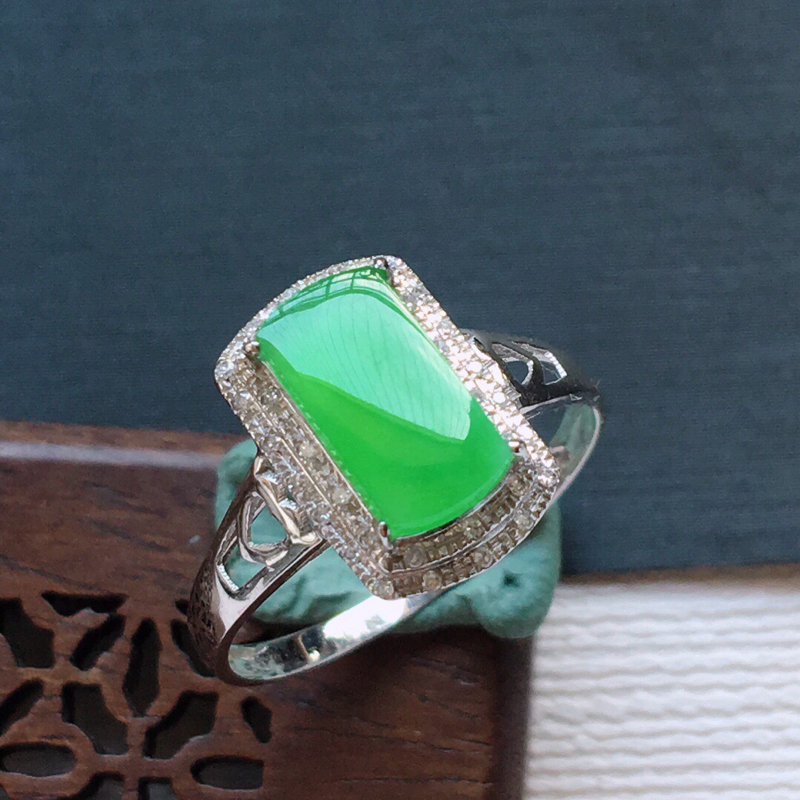 18k金镶嵌伴钻冰糯种满绿马鞍戒指,   料子细腻,雕工精美,颜色漂亮,  含金尺寸:12.5×8×