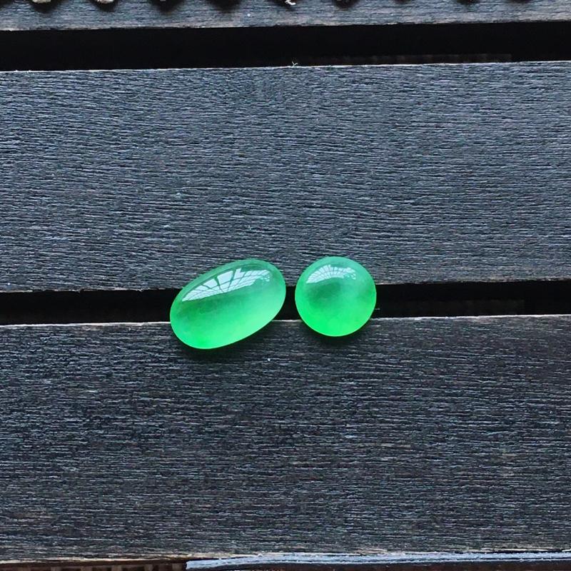 自然光实拍,缅甸a货翡翠,冰种阳绿戒面一对,起荧光,种好通透,水润玉质细腻,工艺佳,饱满品相佳,需镶