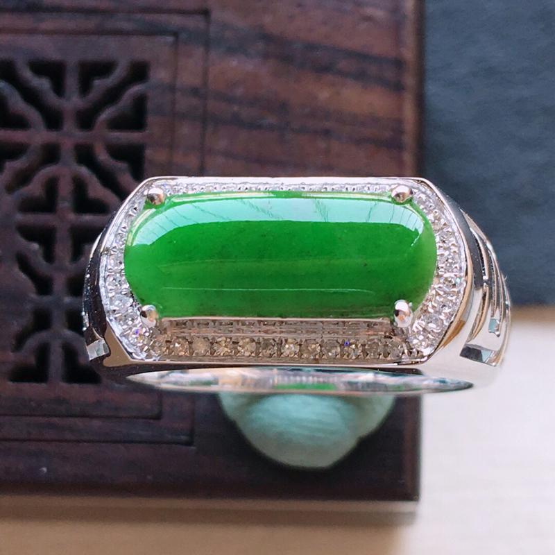18k金镶嵌围钻满绿马鞍戒指,料子细腻,雕工精美,颜色漂亮,含金尺寸:19×9×5mm  裸石尺寸: