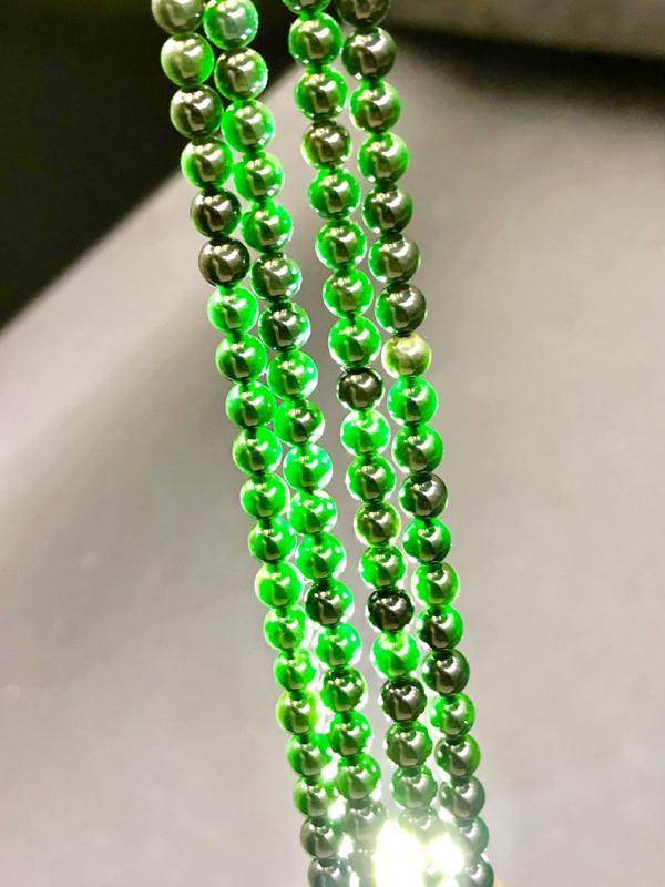【墨翠珠链128颗】 打灯全透,种水上乘,晶体结构极为精密,刚性十足,工料俱佳,颗颗圆润饱满,佩戴效