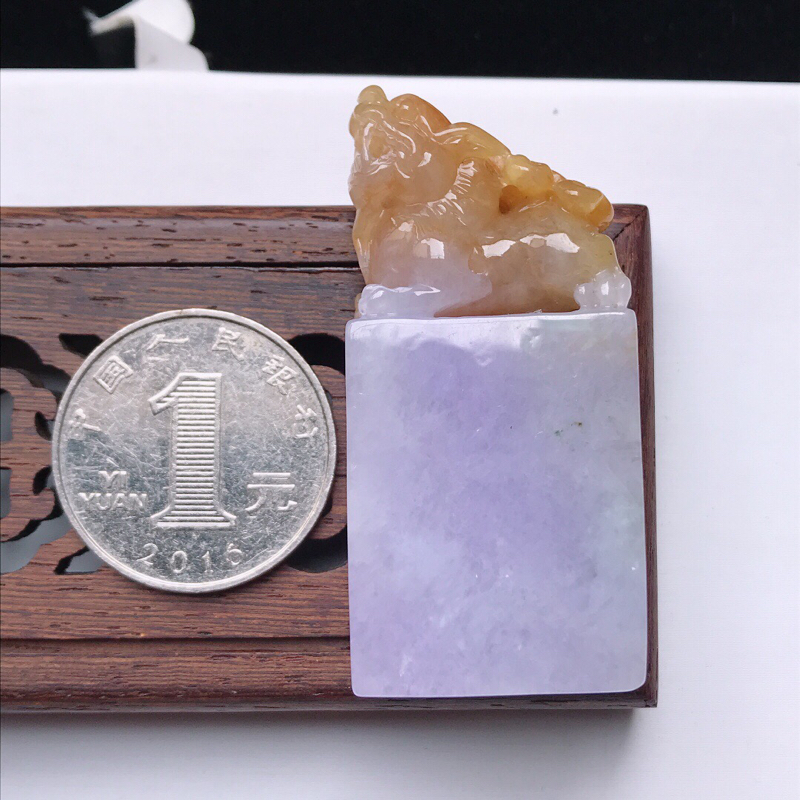 天然翡翠A货。糯化种紫罗兰加黄翡貔貅印章。玉质莹润,品相极佳。尺寸:50*23.8*12mm。##**