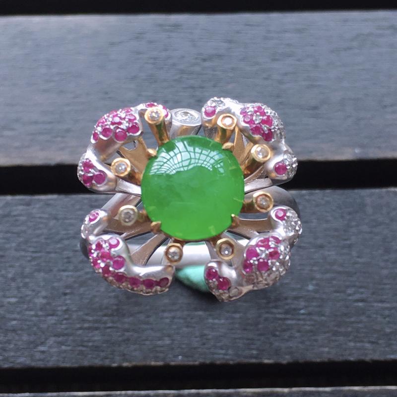 自然光实拍,缅甸a货翡翠,18k金伴钻阳绿戒指,种好通透,水润玉质细腻,工艺佳,饱满品相佳,活动圈口