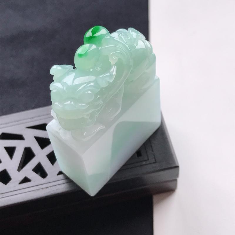 天然翡翠A货细糯种飘绿貔貅印章,尺寸47.7*34.2*14.7mm,玉质细腻,底色漂亮,上身效果好