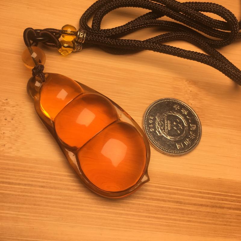 天然缅甸琥珀,血茶玻璃底吊坠雕刻福豆,完美品。收藏佩戴佳品。
