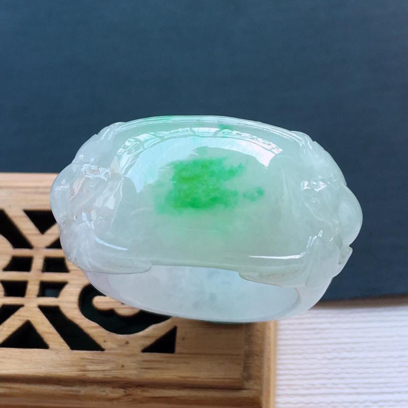冰糯种飘绿福在眼前戒指, 料子细腻,雕工精美, 颜色漂亮,   内径:21.5mm  尺寸:35×1