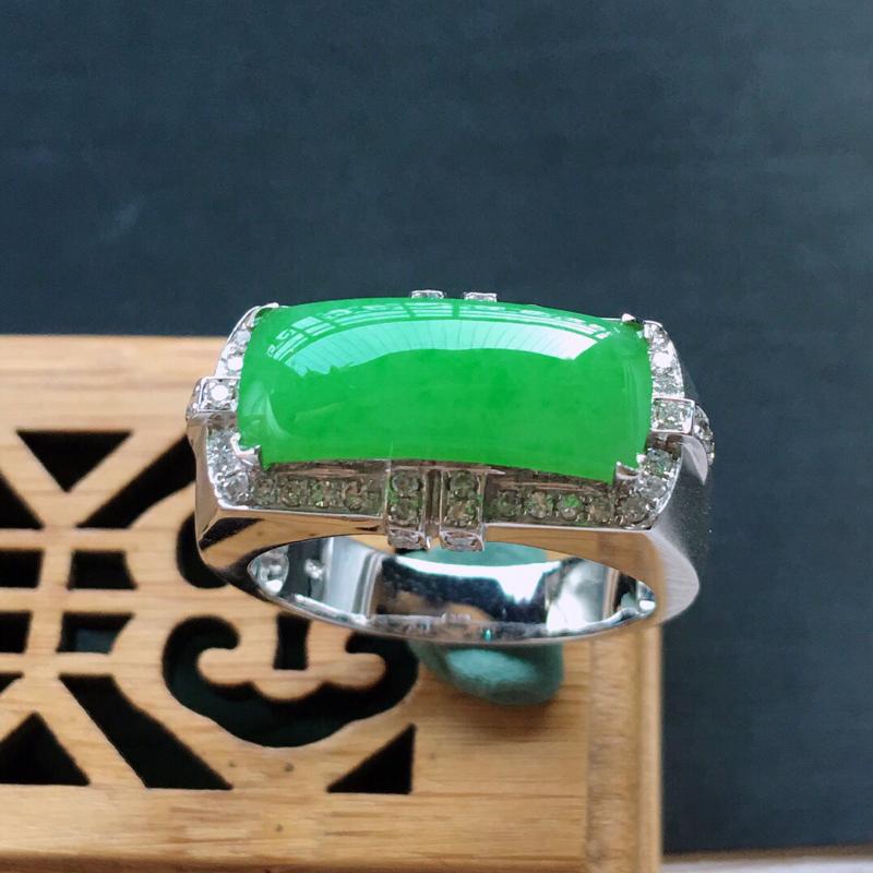 18k金镶嵌围钻满绿马鞍戒指, 料子细腻, 雕工精美,颜色漂亮,   圈口:19.5mm  含金尺寸