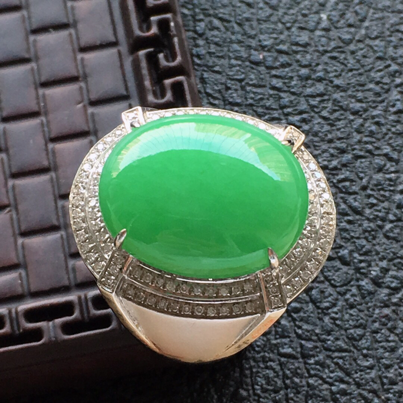 缅甸翡翠19圈口18k金围钻镶嵌满绿蛋面戒指,自然光实拍,颜色漂亮,玉质莹润,佩戴佳品,内径:19.