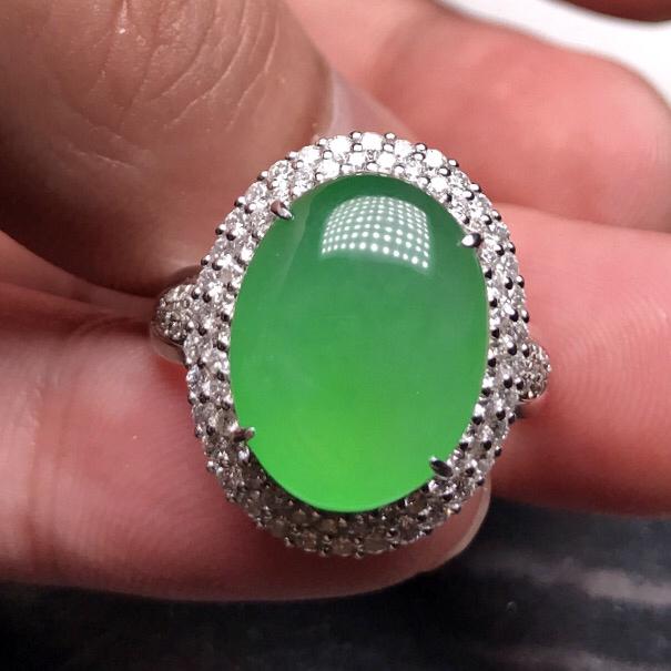 力荐款大蛋面女戒指老坑正冰种正阳绿色大蛋面女戒指,18k白金伴钻镶嵌而成。佩戴效果极为出众。