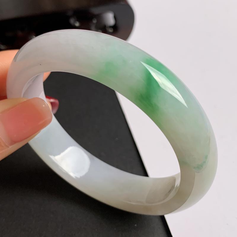 【缅甸a货翡翠,飘绿正圈手镯52.7mm 玉质细腻,水润飘绿,条形大方得体,有种有色,佩戴效果更佳】图2