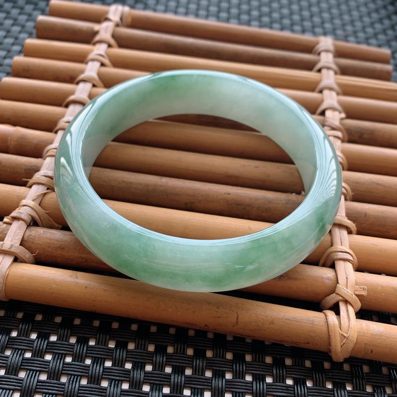 翡翠手镯内径54.7、天然A货翡翠飘绿手镯、细腻温润、无纹裂